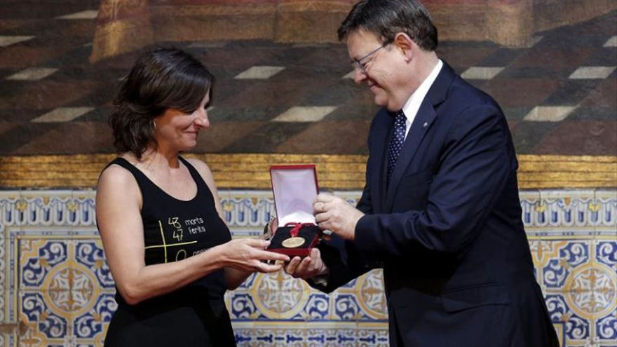 Beatriz Garrote, expresidenta de la asociacion de víctimas del metro, recibe la distinción de la Generalitat de manos del presidente, Ximo Puig.