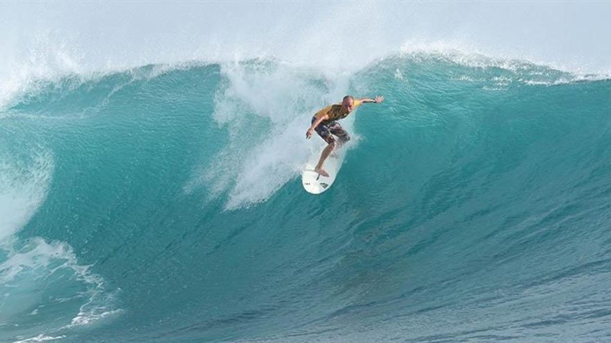Un surfista durante la última edición de La Vaca Gigante en las proximidades de La Maruca.