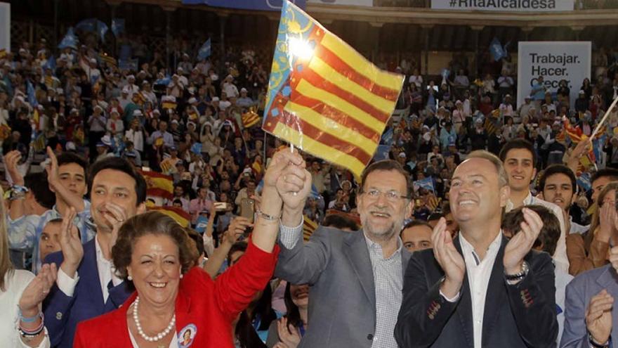 Rita Barberá i Mariano Rajoy agiten una senyera amb Alberto Fabra