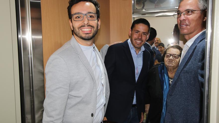 Abraham Ramos, presidente de la Asociación de Vecinos de San Isidro, junto a Héctor Suárez, Director General de Infraestructura Turísticas y dos vecinos en la inauguración del ascensor.
