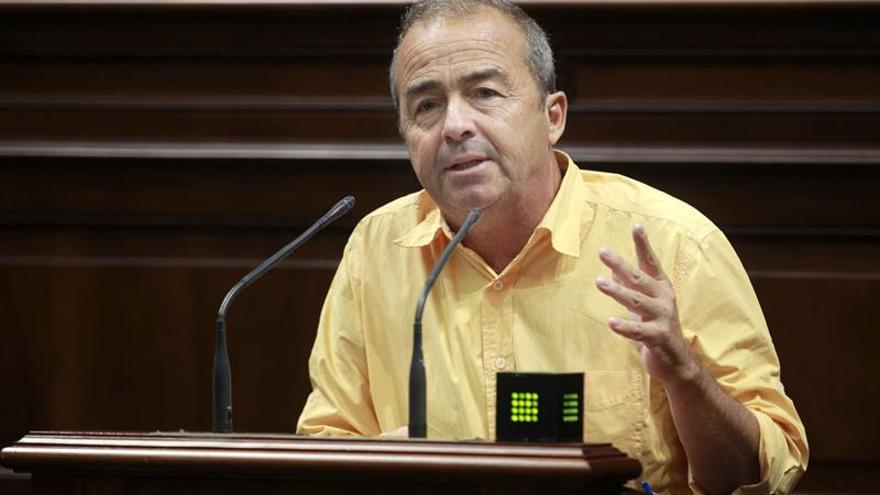 El diputado del grupo Podemos, Francisco Deniz, durante una de sus intervenciones durante la segunda jornada del pleno del Parlamento de Canarias. EFE/Cristóbal García
