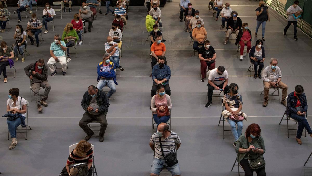Varias personas esperan unos minutos tras recibir la vacuna contra el coronavirus en Ourense