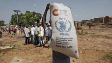 Distribución de alimentos realizada por el Programa Mundial de Alimentos (PMA) en la localidad de Mopti (Mali). Financiado por la Cooperación Española.