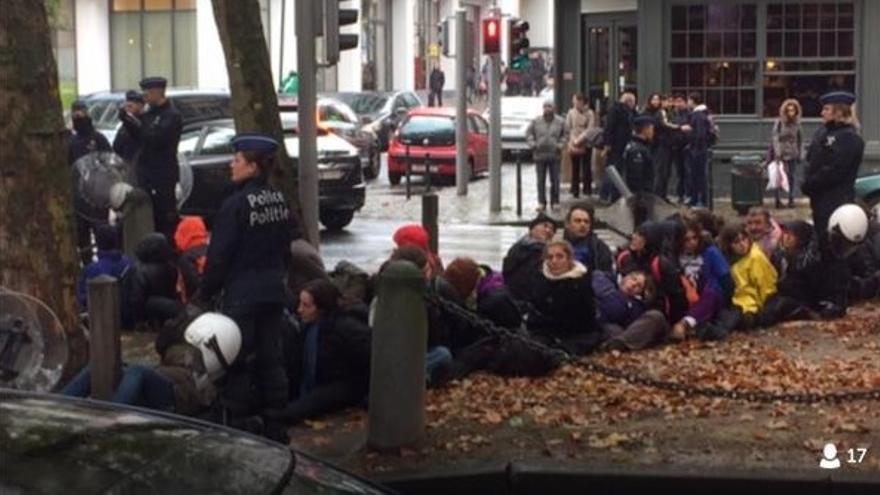 Españoles detenidos en Bruselas durante las euromarchas. / Foto: IU