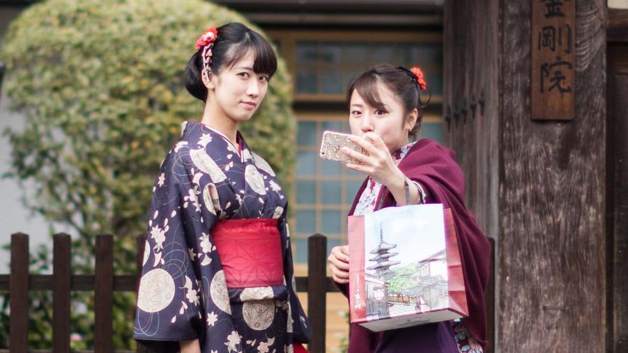 Dos geishas se hacen un selfie en Kioto (Japón)
