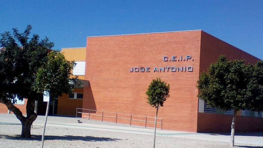 Fachada del colegio público José Antonio, en Fuente Álamo (Murcia).