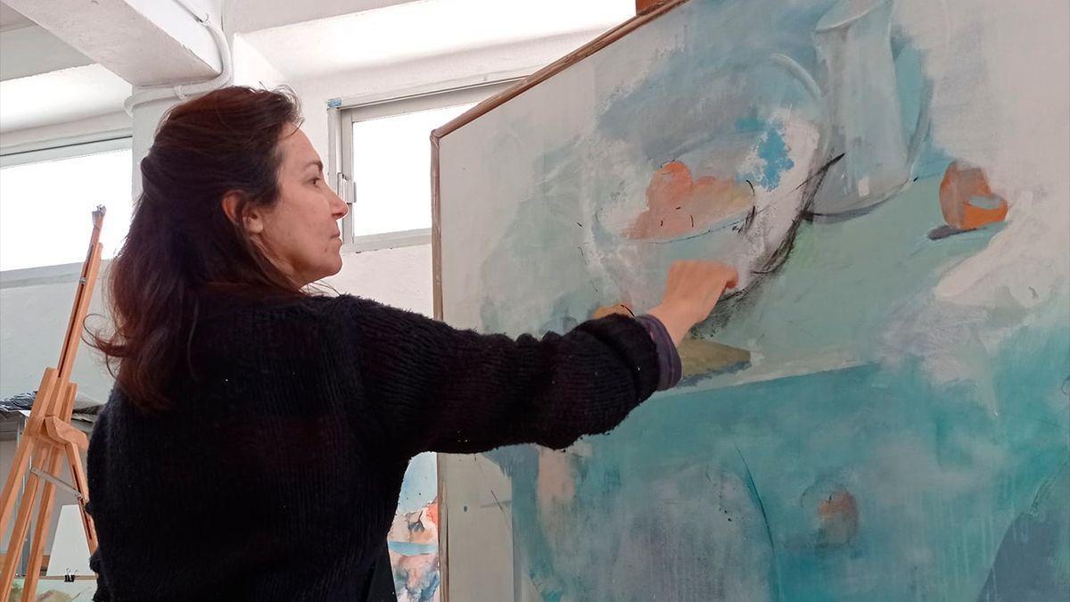 La pintora Dolores García en su estudio.