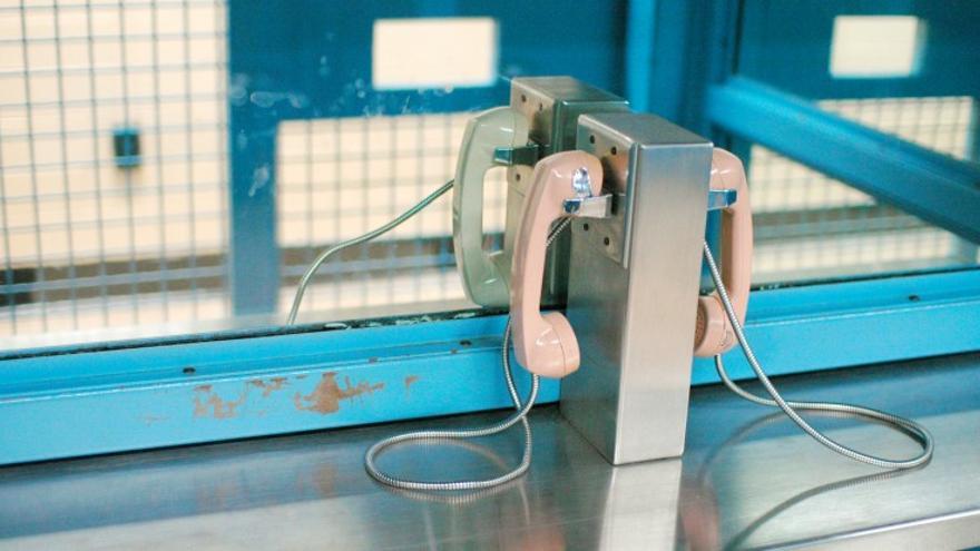 Un teléfono de una prisión. Foto: savetheinternet.com