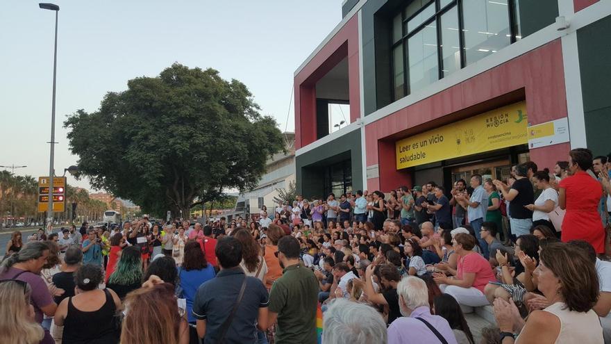 Reclamo poético contra los recorte frente a la Biblioteca Regional de Murcia