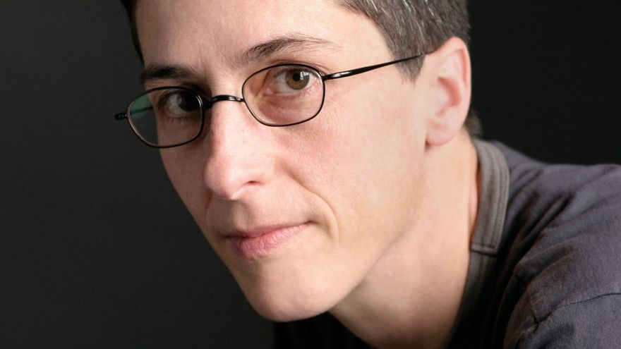 La dibujante de cómics Alison Bechdel, autora de 'Fun Home', '¿Eres mi madre?' y 'El secreto de la fuerza sobrehumana'.