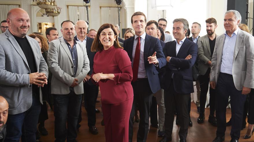 El presidente del Partido Popular, Pablo Casado, junto a dirigentes del PP cántabro.   JUANMA SERRANO