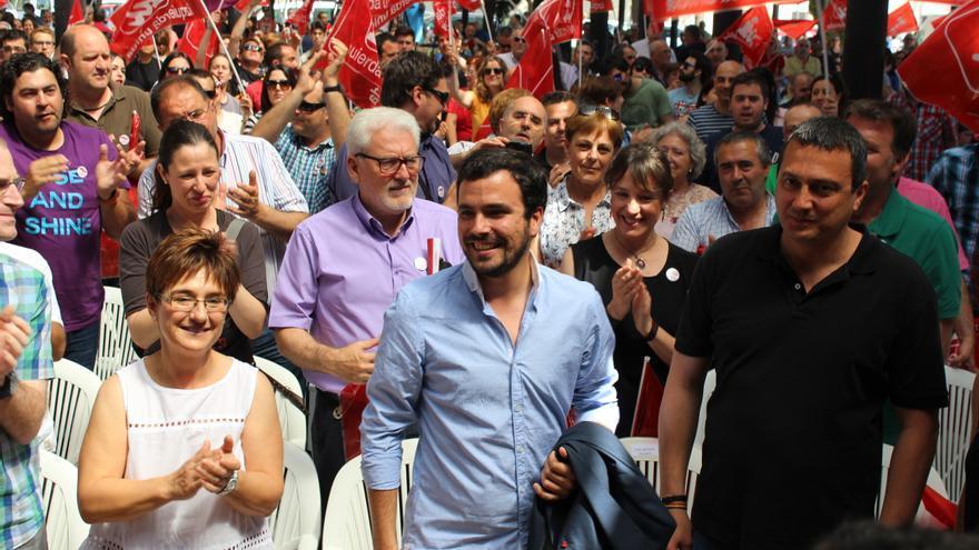 Alberto Garzón a su llegada al acto de Ganar la Región de Murcia, junto a Esther Herguedas y José Antonio Pujante