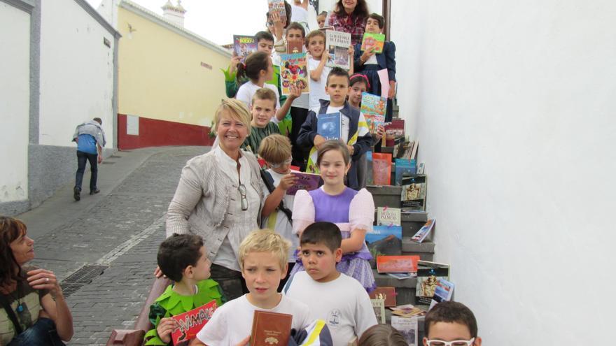 Rosa Aguado junto a unos escolares que recogieron su libro en La Cosmológica.
