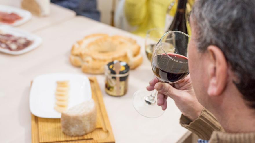 Degusta todos los quesos que puedas ¡y marídalos con vino!