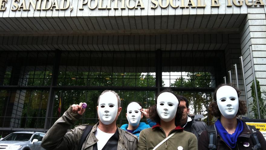 Miembros de Yo Sí Sanidad Universal se manifiestan frente al Ministerio de Sanidad. / L.O.