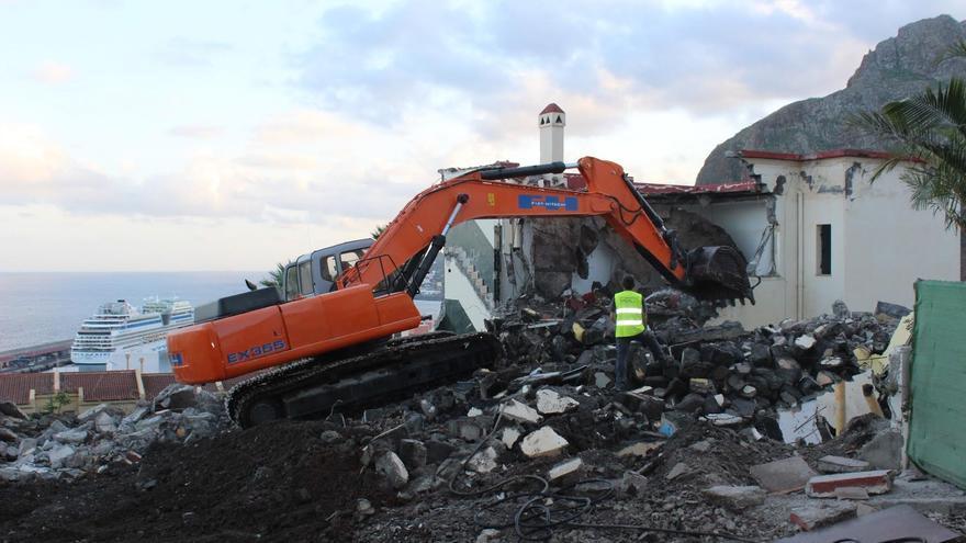 En la imagen, obra de demolición del antiguo albergue municipal de 18 viviendas sociales llevada a cabo este viernes. Foto: JOSÉ AYUT.
