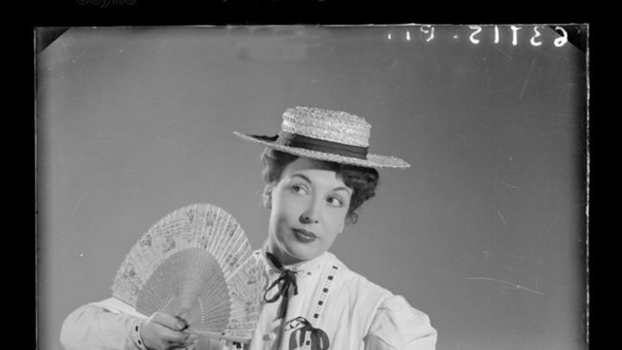Retrato mujer con sombrero de paja y abanico. Estudio Coyne