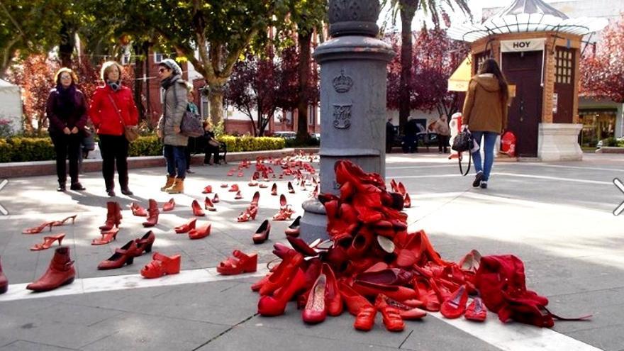 Mujeres Progresistas llenan de zapatos rojos la Plaza de San Francisco / Coordinadora Extremeña de ONGD