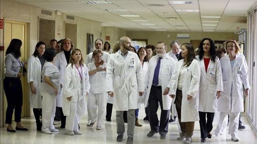 Los sanitarios que han atendido a Teresa Romero, poco antes de la conferencia de prensa./ EFE.