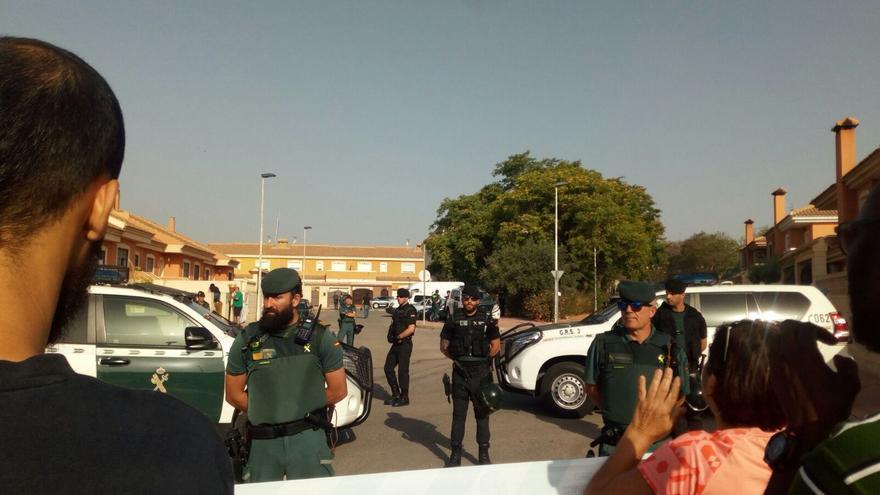 La Guardia Civil custiodiando el perímetro de la vivienda desahuciada en Mazarrón (Murcia)