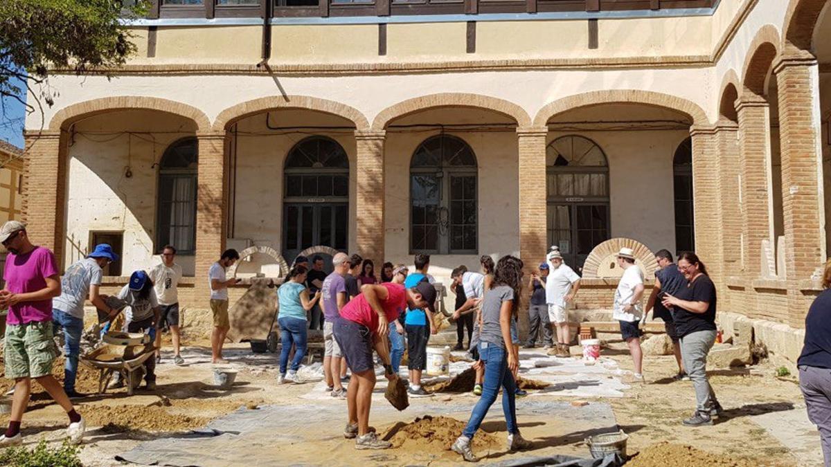 Un grupo de personas trabaja en la restauración del Covento de San Frasnciso en Paredes de Nava.