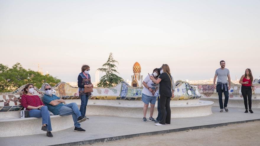Vecinos de Barcelona visitando el Park Güell el miércoles por la tarde.