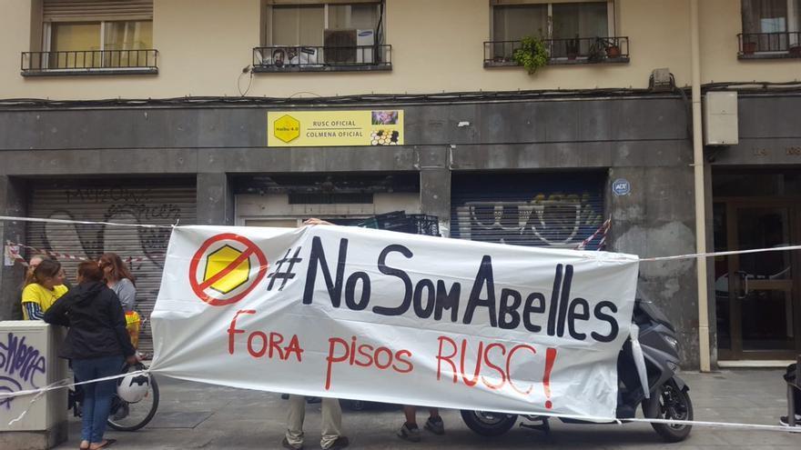 Protesta frente al local de Sants en el que quieren instalar un piso-colmena (Barcelona)