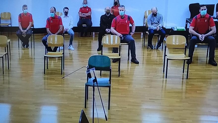 Los acusados mientras escuchaban el veredicto del jurado.