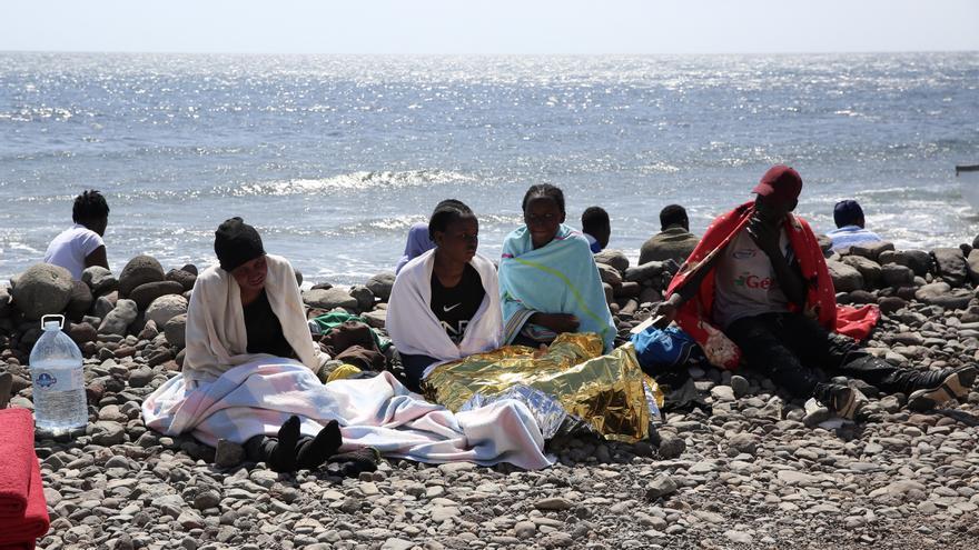 Un grupo de mujeres llega a El Matorral después de varios días en una patera.