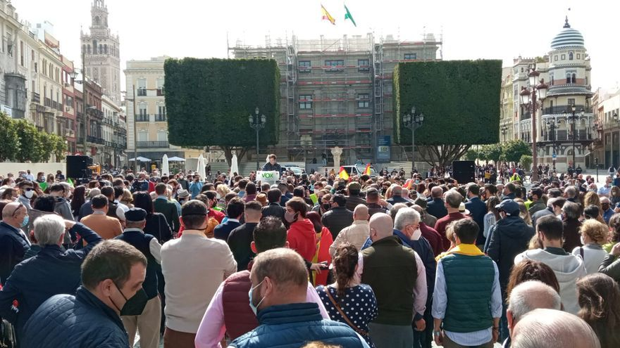 Concentración de Vox en Sevilla al mismo tiempo que se entregaban las Medallas de Andalucía por el 28F