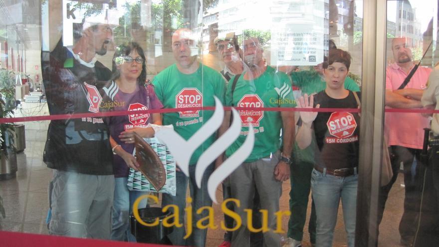 Miembros de Familias afectadas por hipotecas con Cajasur se encierran en sus oficinas.
