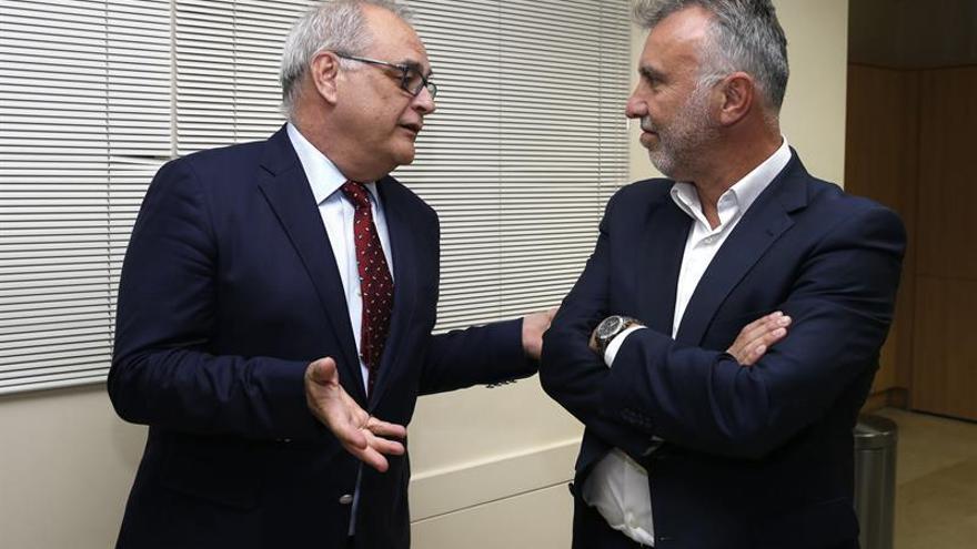 El presidente del Colegio de Odontólogos de Las Palmas, Francisco Cabrera Panasco (izquierda), y el candidato del PSOE a presidente del Gobierno de Canarias, Angel Víctor Torres, durante la reunión que mantuvieron este miércoles.