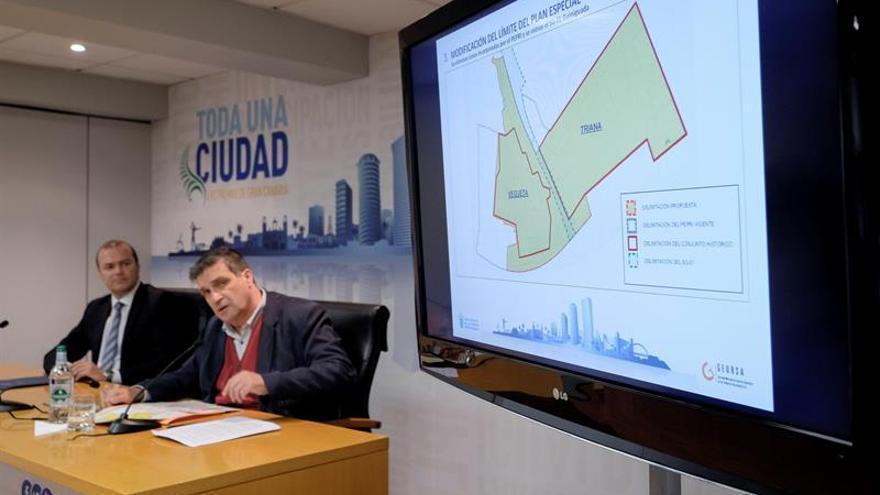 El alcalde de Las Palmas de Gran Canaria, Augusto Hidalgo (i), y el concejal de Urbanismo y Vivienda, Javier Doreste (d), presentan las claves del nuevo Plan Especial de Protección Vegueta-Triana. EFE