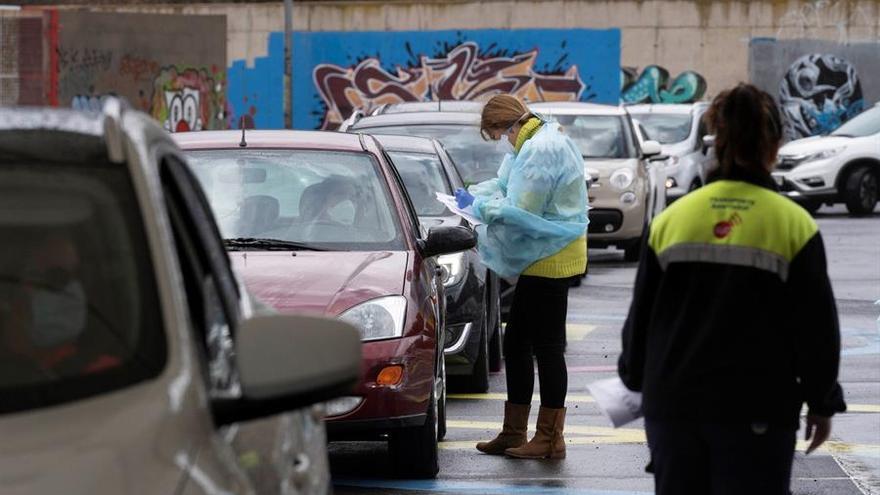 Sistema de recogida de muestras para analizar la presencia del COVID-19 que permite que las personas acudan a una cita en sus vehículos al aparcamiento de la Facultad de Bellas Artes de la Universidad de La Laguna y se realice la prueba sin necesidad de bajarse del coche