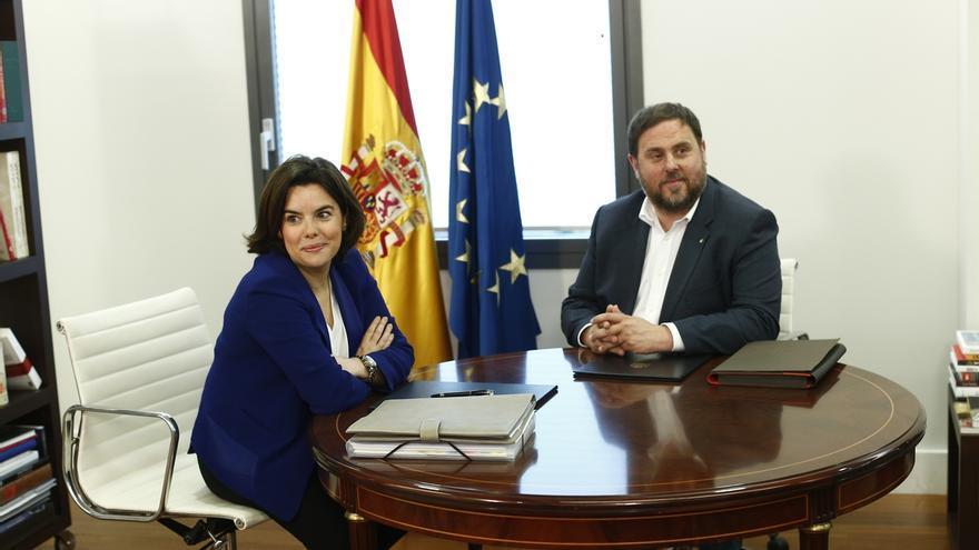 """Santamaría y Junqueras abren un """"cauce de diálogo"""" pero constatan sus diferencias sobre la independencia de Cataluña"""