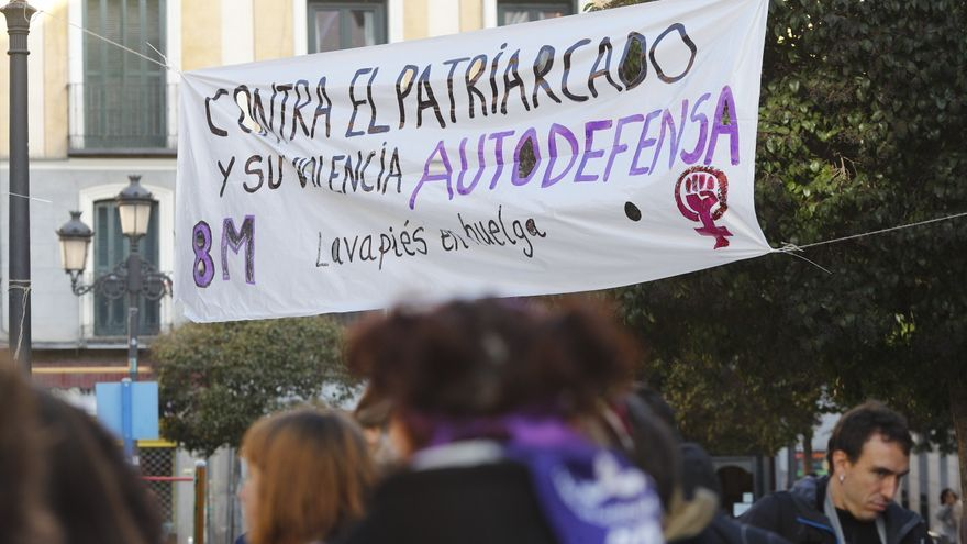 Pancarta feminista en el barrio de Lavapiés colgada durante el 8-M.