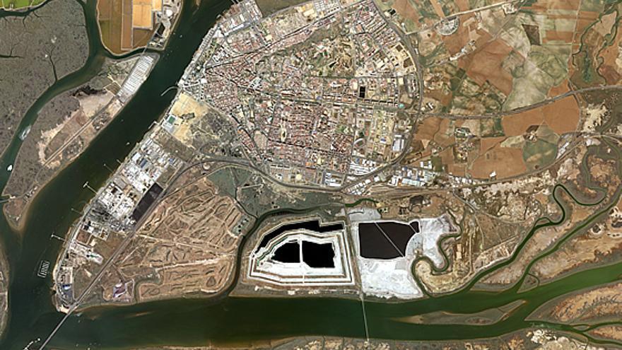 Imagen por satélite de la ciudad de Huelva, con las balsas (azules y blancas) al sur.
