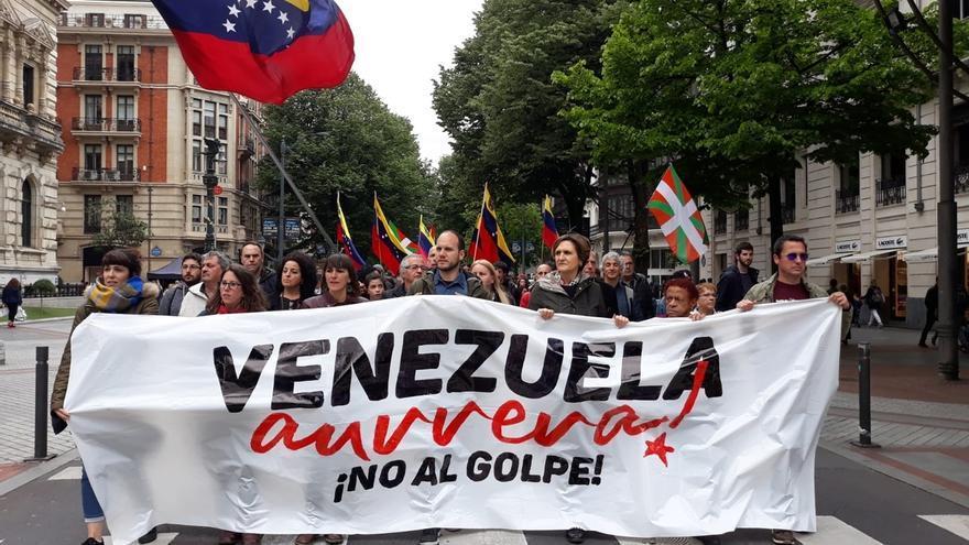 """Se manifiestan en Bilbao contra """"el golpe de estado"""" en Venezuela y para denunciar la """"injerencia externa"""""""
