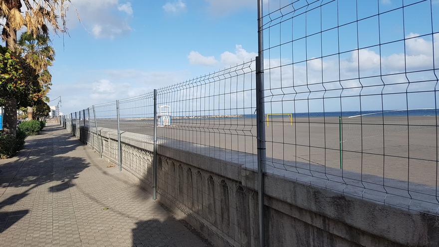 La playa de la capital ha sido vallada para impedir el acceso a la misma el Día de Los Indianos.