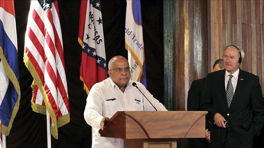 El gobernador de Arkansas visita Cuba con empresarios para ampliar el comercio