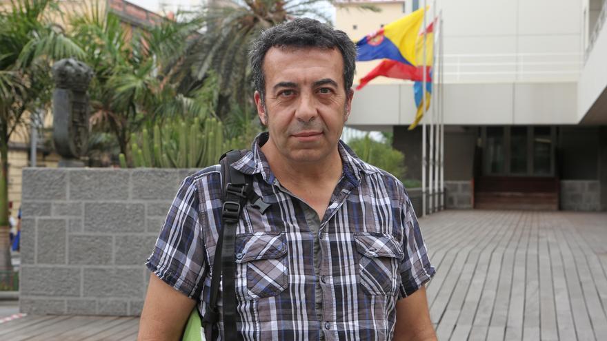 Ezequiel Navío en la puerta del Cabildo de Gran Canaria