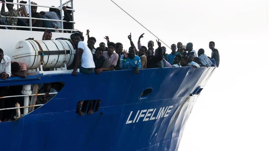 Una foto distribuida por la ONG alemana Mission Lifeline muestra a los migrantes rescatados en aguas internacionales del Mediterráneo a bordo del buque de bandera holandesa LIFELINE, 21 de junio de 2018.