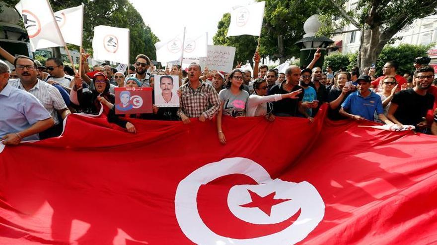 Cerca de 2.000 tunecinos protestan contra la ley que perdona a los corruptos