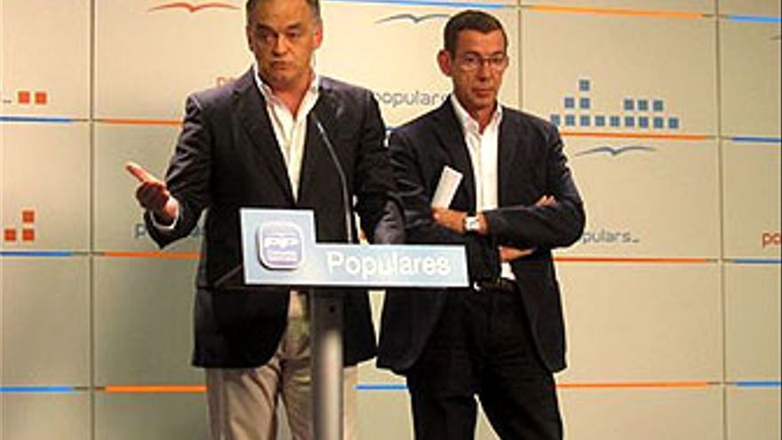 González Pons Y Antonio Clemente, secretario general del PPCV. (EUROPA PRESS)