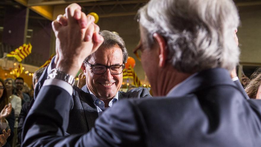 Artur Mas rep l'alcalde Trias amb efusivitat a l'inici de campanya / ENRIC CATALÀ