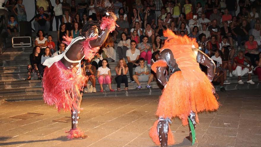 El Grupo Osea Percusión de África, procedente de Senegal, hizo vibrar al público en 'La noche africana' celebrada este viernes en la Plaza de España de la capital palmera. Foto: JOSÉ AYUT.