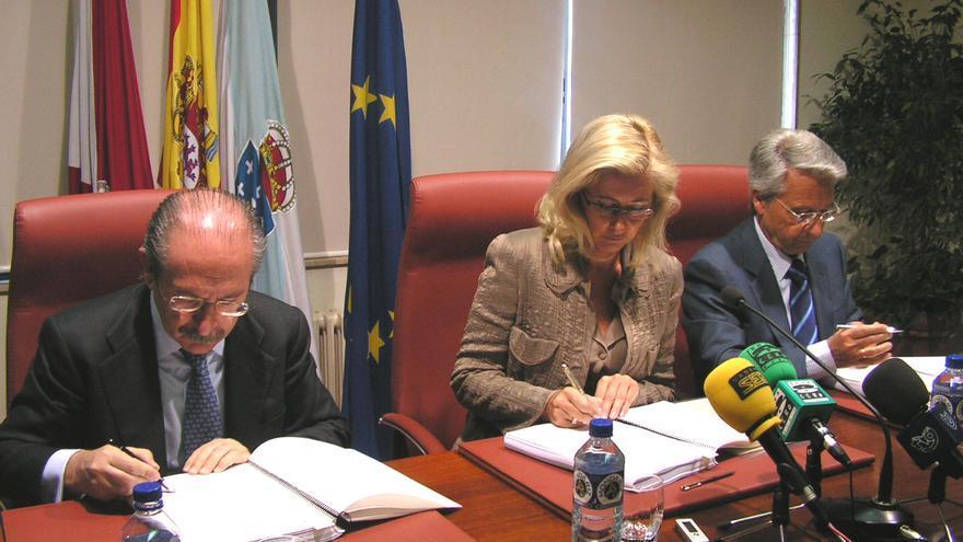 Luis del Rivero, presidente de Sacyr, la alcaldesa Corina Porro y el director general de Caixanova, Julio Fernández Gayoso, firman en mayo de 2006 la concesión del Auditorio de Vigo