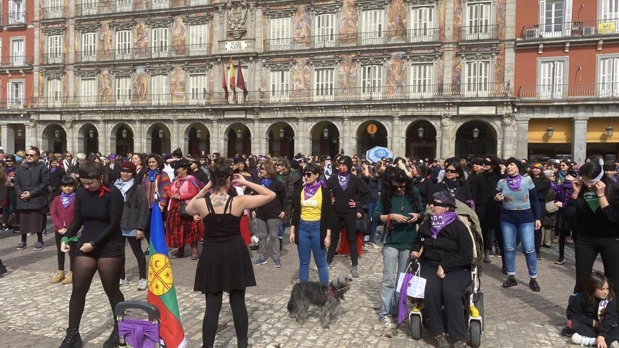 Un grupo de las participantes de la performance de 'Un violador en tu camino' en la Plaza Mayor de Madrid se preparan para bailar.