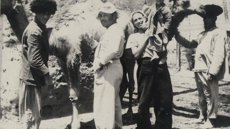 Vicenta Llorente (sostiene en brazos al hijo de un nativo) durante una expedición científica por el desierto de Karakum (Turkmenia), recogiendo parásitos de los camellos. Junto a ella, aparece el médico Emilio Kerbabayev.