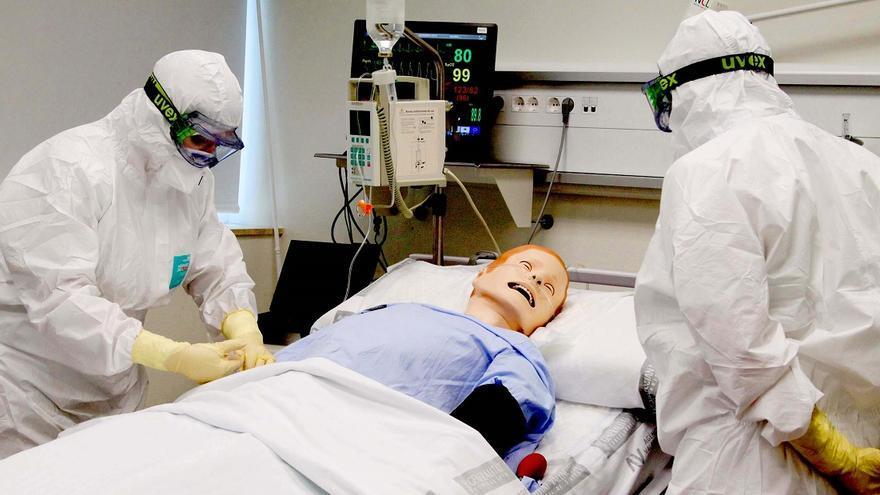 Los profesionales simulan casos de ébola con muñecos